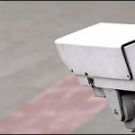 Kiabáló kamerák: a lakókat saját kertjük elhagyására szólítja fel