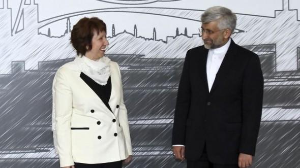 Catherine Ashton, az EU külpolitikai főképviselője (balra) és Saeed Jalili, Irán biztonsági tanácsának titkára, az isztanbuli tárgyalás előtt, 2012.April 14.