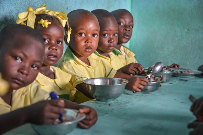 """Az """"Etesd az éhező gyerekeimet""""  programja Haitin"""