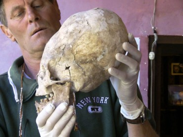Brien Foerster az egyik Paracas-ban talált koponyával