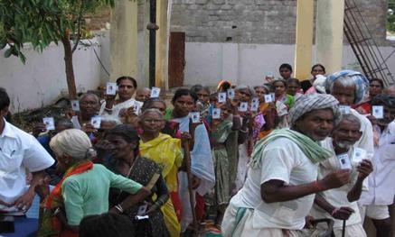 Indiai nyugdíjasok a pénzükre várva mutatják új azonosítójukat