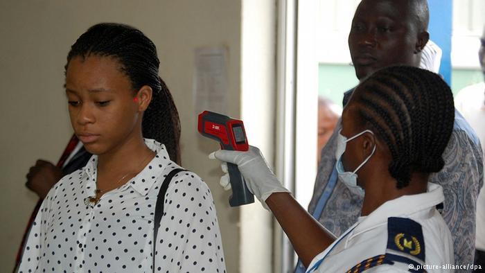 Az utazás előtti lázmérés egyre több repülőtéren kötelező, mint a képen látható Abuja Nemzetközi Repülőtéren is