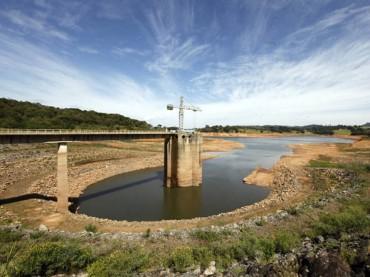 Vista-do-coletor-de-água-no-sistema-de-abastecimento-de-água-da-Cantareira-na-represa-de-Jaguari-em-Joanópolis