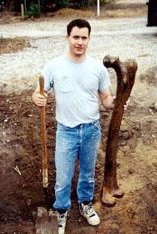 2011-ben Ohióban a bíróságon bizonyítékként bemutatott lelethez hasonló óriás combcsontot találtak az Amerikai Alternatív Archeológiai Intézet munkatársai
