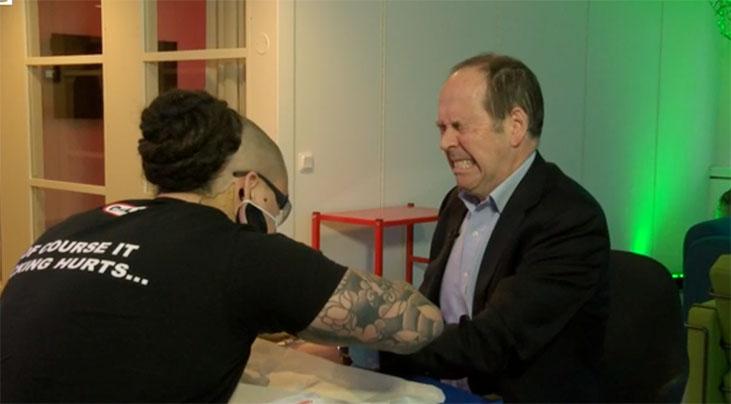 """""""A folyamatot svéd bio-hekkerek egy csoportja koordinálja, így az én csipemet is egyik ijesztő kinézetű tetováló művész kollégájuk ültette be."""""""