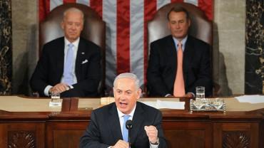 Biden (balra) and Boehner (jobbra) és Benjamin Netanjahu az amerikai kongresszus előtt.
