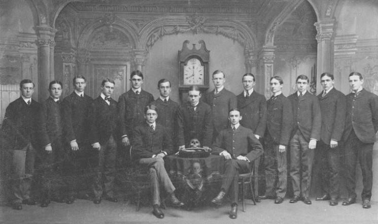 A Skull and Bones társaság tagjai 1900-ban, Forrás: wikimedia